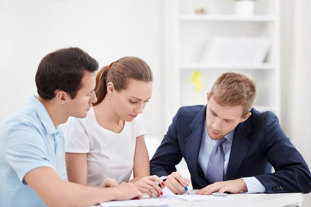 Signing of mortgage documents. Credit: Depositphotos